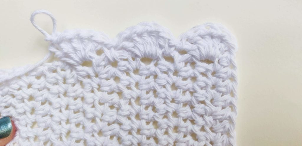 Loop made from white yarn on washcloth