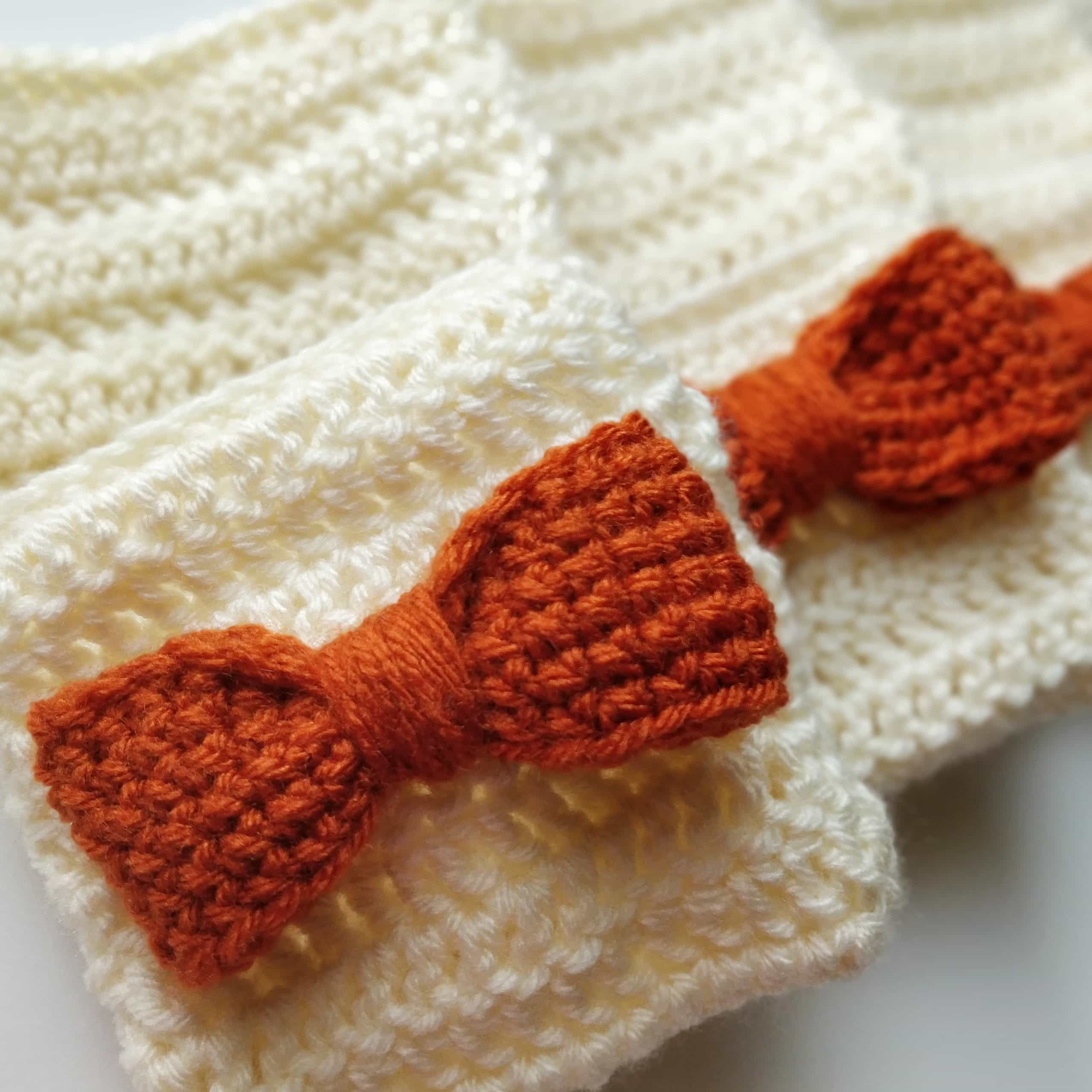 crochet utensil holder and bow pattern close up