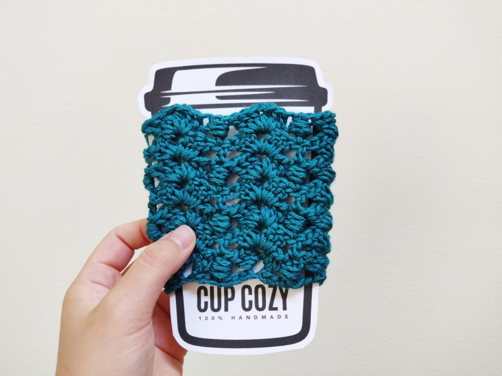 blue crochet cup cozy in a cup template.